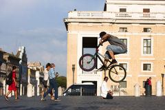 Chłopiec doskakiwanie z rowerem Fotografia Stock