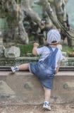 Chłopiec dostaje bliżej do małpiej klatki Fotografia Stock