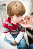 Chłopiec dostaje makijażu rysunek fotografia stock