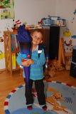 Chłopiec dostaje przygotowywający dla jego pierwszy dnia szkoła zdjęcia royalty free