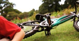 Chłopiec dostaje raniący po spadać od bicyklu zdjęcie wideo