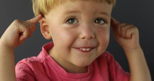 Chłopiec dotyk jego ucho zbiory