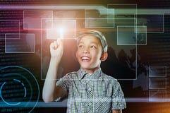 Chłopiec dotyka wirtualny guzik w sieci inteface fotografia stock