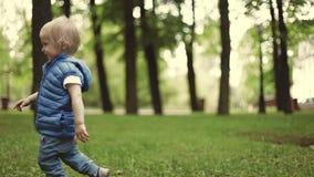 Chłopiec Działający outside zdjęcie wideo