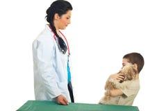chłopiec dzieciaka szczeniaka weterynaryjna wizyta zdjęcie stock