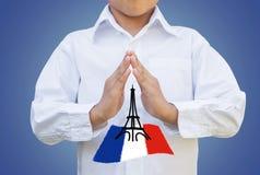 Chłopiec dziecka modlenie dla Paryskiego pojęcia z ścinek ścieżką fotografia stock