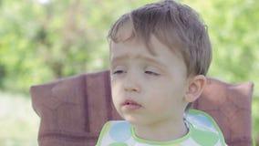 Chłopiec dziecka obsiadanie przy children stołowymi Mama karmi dziecka zboża zbiory wideo