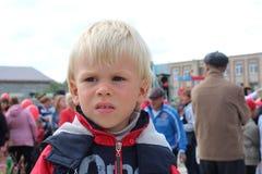 Chłopiec dziecko pięć rok wycofywał od ludzi obrażającego ponurego portreta obraz stock