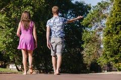 Chłopiec dziewczyny Chodzący Daleko od Opowiadać Zdjęcia Royalty Free