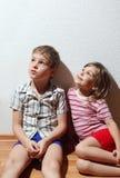 chłopiec dziewczyny mały siedzący rozważny Obrazy Stock