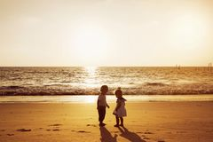 Chłopiec dziewczyny plaży zmierzchu morze Zdjęcia Stock