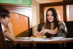 chłopiec dziewczyny stół wpólnie Fotografia Stock