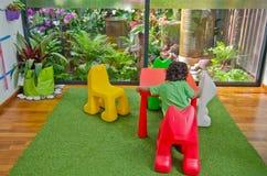 chłopiec eco życzliwy utrzymanie bawić się izbowego obsiadania stół Fotografia Stock