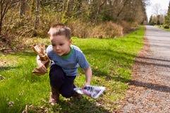 chłopiec ekologii śmieciarski zrywanie w górę potomstw Zdjęcia Royalty Free