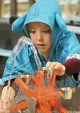 Chłopiec Eksperymentuje z wodą przy odkrycie dzieci ` s muzeum, Zdjęcie Royalty Free
