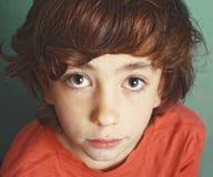 Chłopiec ekspresyjny zakończenie w górę poważnego portreta obraz stock
