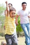 chłopiec embrassing rodziny parkowi potomstwa obrazy stock