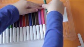 Chłopiec fałdów barwioni markiery zbiory wideo