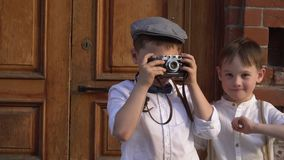 Chłopiec fotografuje kamerę na retro chłopiec koszty z retro kamera zbiory