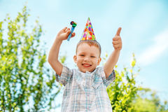 Chłopiec gestykuluje zabawy odświętności urodziny i ma Obrazy Stock