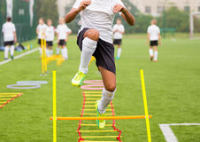 Chłopiec gracz piłki nożnej w szkoleniu Młodzi gracze piłki nożnej przy praktyką Zdjęcie Stock