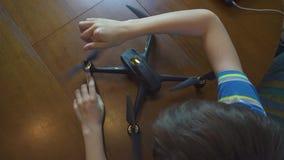 Chłopiec gromadzić truteń, copter 4k, z góry zdjęcie wideo