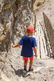 Chłopiec iść puszek schodki na drodze gruntowej obraz royalty free