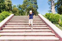 Chłopiec iść w dół na schodkach bosych fotografia stock
