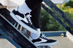Chłopiec iść w dół schodki z jego nowymi sneakers zdjęcie stock