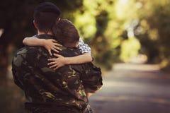 Chłopiec i żołnierz w wojskowym uniformu Zdjęcia Stock