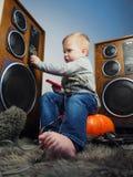 Chłopiec i duży system dźwiękowy Zdjęcia Royalty Free