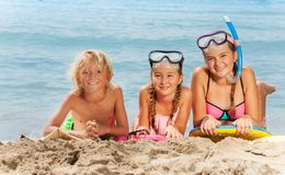 Chłopiec i dziewczyn szczęśliwy ono uśmiecha się na plaży Zdjęcia Royalty Free