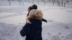 Chłopiec i dziewczyna bawić się outdoors w zimie Zimny zima dzień zbiory