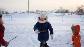 Chłopiec i dziewczyna bawić się outdoors w zimie Zimny zima dzień zdjęcie wideo