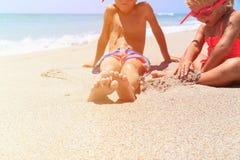 Chłopiec i dziewczyna bawić się z wodą na plaży Obrazy Stock