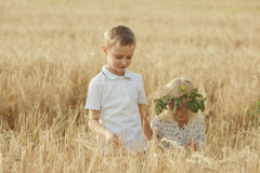 Chłopiec i dziewczyna chodzimy przy pszenicznym polem obraz stock