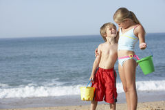 Chłopiec I dziewczyna Cieszy się Plażowego wakacje Obraz Royalty Free