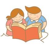 Chłopiec i dziewczyna cieszymy się czytanie Zdjęcie Stock