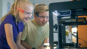 Chłopiec i dziewczyna excited o kursie technologiczny eksperyment zdjęcie wideo