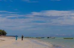 Chłopiec i dziewczyna gawędzimy stać blisko oceanu obrazy stock