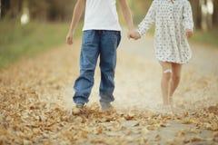 Chłopiec i dziewczyna iść ręka w rękę zdjęcia stock