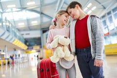 Chłopiec i dziewczyna jak najpierw kochamy w lotnisku obraz royalty free