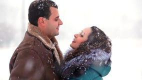 Chłopiec i dziewczyna ma uściśnięcia w śniegu zbiory wideo