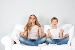 Chłopiec i dziewczyna medytujemy Zdjęcie Royalty Free