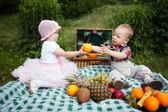 Chłopiec i dziewczyna na pinkinie w parku fotografia royalty free