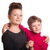 Chłopiec i dziewczyna obejmujący Zdjęcia Stock