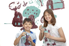 Chłopiec i dziewczyna ono uśmiecha się przed malować Zdjęcie Royalty Free