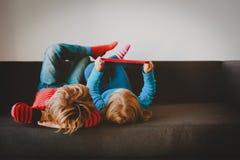 Chłopiec i dziewczyna patrzeje dotyka ochraniacza w domu fotografia royalty free