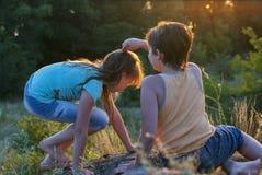 Chłopiec i dziewczyna przy naturą Fotografia Royalty Free