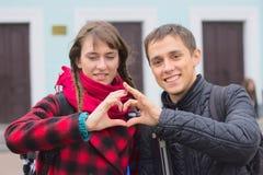 Chłopiec i dziewczyna tworzy ich ręki serce forma Zdjęcia Stock